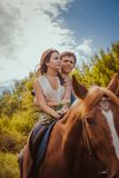 Unga härliga par med en häst filtrerat Selektivt fokusera Arkivbild