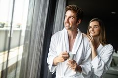 Unga härliga par på morgontid close upp royaltyfri bild