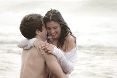 Unga härliga par som delar ett intimt ögonblick Arkivbild