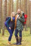 Unga härliga par som går i skog, campar, turism som fotvandrar Royaltyfri Foto