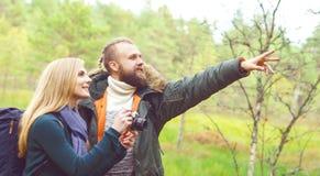 Unga härliga par som går i skog och tar bilder Ca Arkivfoton
