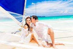 Unga härliga par som har gyckel på en tropisk strand tropiskt royaltyfria bilder