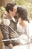 Unga härliga par som har roligt kyssande utomhus Arkivfoton