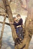 Unga härliga par som kramar mot treen Arkivbild
