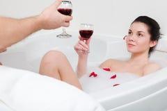 Unga härliga par som tar ett bad Arkivfoton