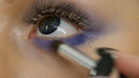 Unga härliga sexiga flickamodeller gör blå afton att utgöra rökiga ögon och med falska ögonfrans Ögon med mång--färgat arkivfilmer
