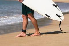 Unga härliga surfaremän på stranden med bränningbrädet på dagen bryter Royaltyfri Fotografi