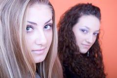 unga härliga två kvinnor royaltyfri fotografi