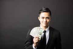 unga hållande pengar för affärsman royaltyfri bild