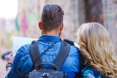 Unga handelsresande med en turist- översikt Man och kvinna som har semester Fotvandrare-, resa och turismbegrepp arkivfoton