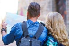 Unga handelsresande med en turist- översikt Man och kvinna som har semester Fotvandrare-, resa och turismbegrepp royaltyfri foto