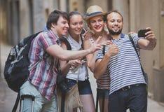 Unga handelsresande som gör selfie fotografering för bildbyråer