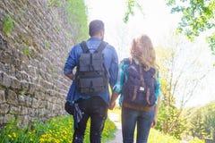 Unga handelsresande som g?r i, parkerar Man och kvinna som har semester Fotvandrare, resa och turism arkivfoton