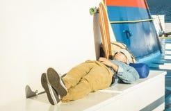 Unga hipstermannen som den har, vilar på loppturen runt om världen fotografering för bildbyråer