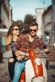 Unga Hipsterpar på mopeden Arkivbilder