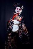 Unga härliga asiatiska kvinnas stående, geisha in Royaltyfri Foto