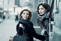 unga härliga två kvinnor Fotografering för Bildbyråer