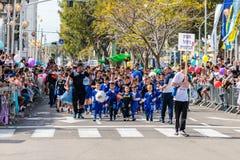 Unga idrottsman nen från skolan av fotboll deltar i karnevalet av Adloyada i Nahariyya, Israel Arkivfoton