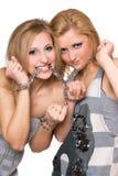 unga inbundna chain skämtsamma två kvinnor fotografering för bildbyråer