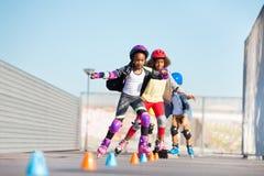 Unga inline skateboradåkare som gör trick på skridskon, parkerar fotografering för bildbyråer