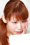 Unga japanska kvinnabekymmer om torr grov hud Royaltyfri Foto