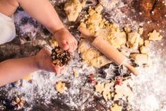 Unga kakor för familjdanandepepparkaka hemma royaltyfri bild
