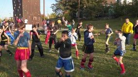 Unga kickboxing idrottsman nen utbildar utomhus arkivfilmer