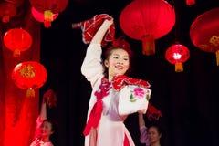 Unga kinesiska dansare. Kinesen fjädrar festival. Dublin Royaltyfri Bild