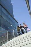 Unga kinesiska flickor på en trappuppgång i Xidan område, Peking, Kina Arkivbild