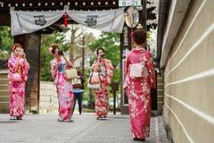 unga klänningkimonokvinnor Fotografering för Bildbyråer