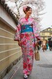 unga klänningkimonokvinnor Arkivfoto