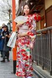 unga klänningkimonokvinnor Royaltyfria Foton