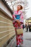 unga klänningkimonokvinnor Arkivbild
