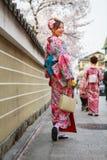 unga klänningkimonokvinnor Royaltyfri Fotografi