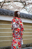 unga klänningkimonokvinnor Arkivbilder
