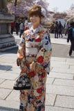 unga klänningkimonokvinnor Royaltyfria Bilder