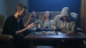 Unga knarkare som inomhus sitter på soffan arkivfilmer