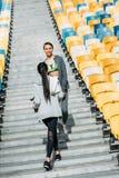 Unga konditionkvinnor i sportswear som går mellan stadionplatser Royaltyfri Foto
