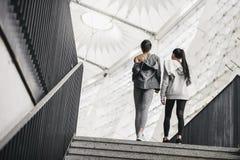 Unga konditionkvinnor i sportswear som går på stadiontrappa Arkivbild