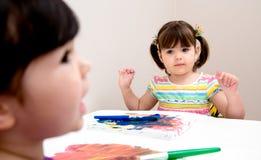 Unga konstnärer som målar på kanfas Royaltyfri Bild