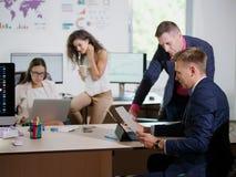 Unga kontorsarbetare arbetar i deras kontor på ett nytt projekt Royaltyfria Foton