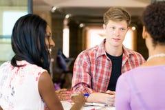 Unga kontorsarbetare eller studenter som ett lag royaltyfri bild