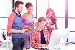 Unga kontorsarbetare eller studenter som ett lag royaltyfria bilder