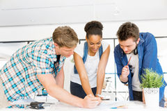 Unga kontorsarbetare eller studenter som ett lag royaltyfri foto