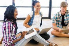 Unga kontorsarbetare som diskuterar arkivfoto