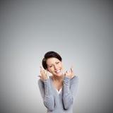 Unga kvinnashows korsade fingrar Royaltyfri Fotografi