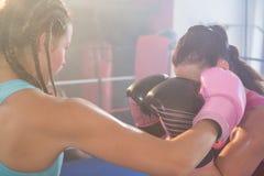 Unga kvinnliga boxare som slåss i boxningsring Royaltyfria Bilder