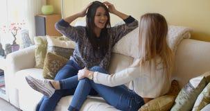 Unga kvinnliga vänner som spenderar en avslappnande dag Fotografering för Bildbyråer