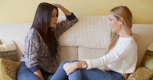 Unga kvinnliga vänner som spenderar en avslappnande dag Royaltyfri Bild
