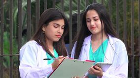 Unga kvinnligdoktorer eller sjuksköterskor stock video